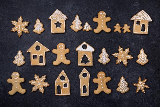 Biscotti tradizionali del pan di zenzero di natale decorati con glassa