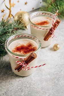 Tradizionale cocktail natalizio al latte - zabaione