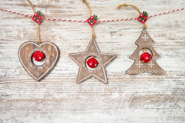 Ornamenti natalizi tradizionali sulla superficie in legno chiaro.