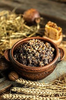 Tradizionale kutia piatto slavo di natale servito sulla tavola di legno