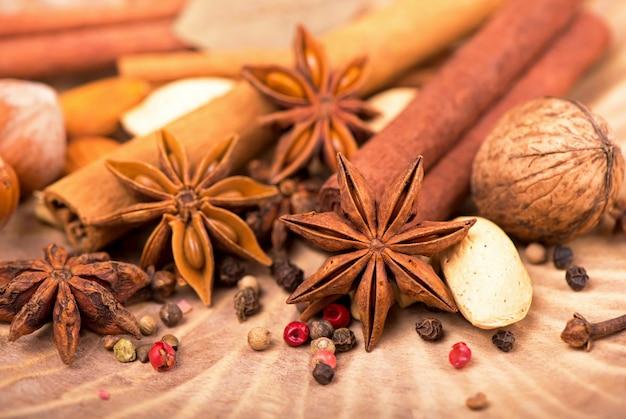 Spezie natalizie tradizionali - anice stellato con cannella e chiodi di garofano su fondo di legno rustico scuro