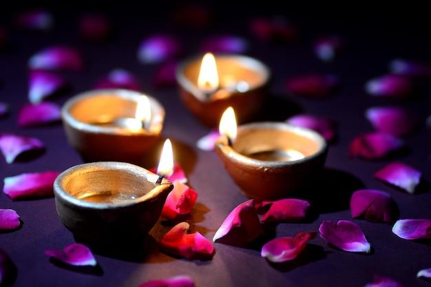 Lampade tradizionali diya dell'argilla accese durante la celebrazione di diwali