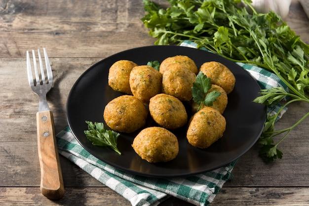 Frittelle di merluzzo tradizionali decorate con aglio e prezzemolo