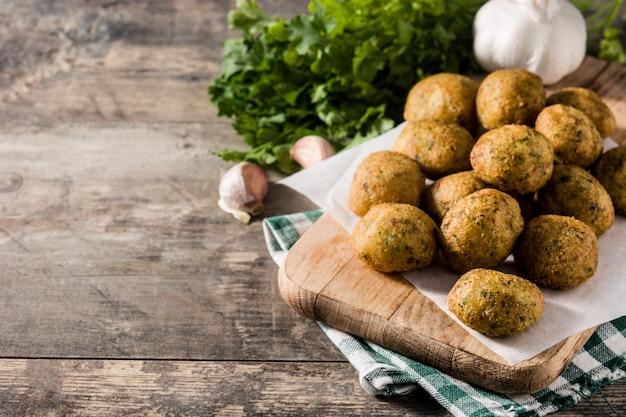 Frittelle di merluzzo tradizionale con aglio e prezzemolo Foto Premium