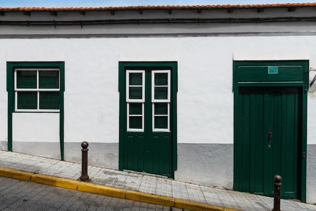 Tradizionale casa coloniale con finestre a ghigliottina e porta verde