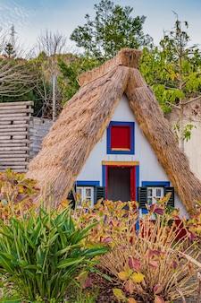 Cottage tradizionale a santana, madeira, portogallo.