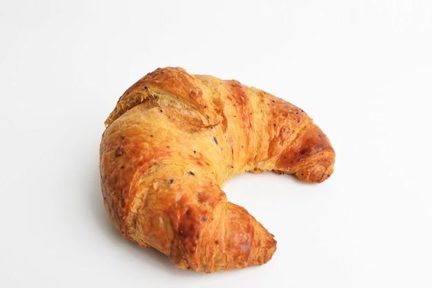 Croissant tradizionali, isolati sulla tabella bianca. croissant delizioso e fresco.