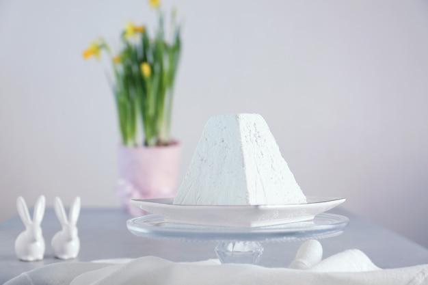 Torta pasquale di cagliata tradizionale sul tavolo luminoso