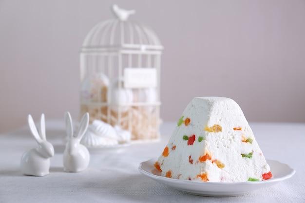 Tradizionale torta pasquale di cagliata con frutta candita sul tavolo luminoso