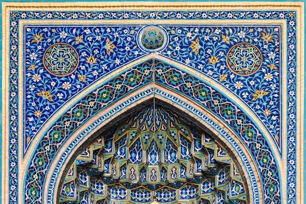 Decorazione tradizionale sopra l'entrata della moschea iraniana a yazd.