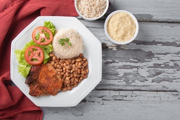Piatto tradizionale di fagioli brasiliani con vista dall'alto di riso.