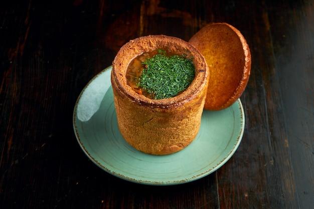 Un piatto tradizionale della cucina transcarpazia e ungherese è una zuppa di funghi o yushka servita nel pane.