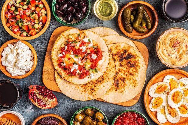 Piatti tradizionali della cucina israeliana e mediorientale -malavach con diversi ripieni, vista dall'alto.