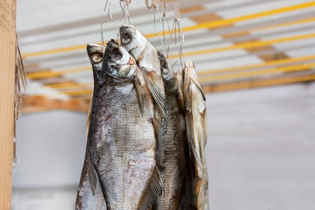 Primo piano tradizionale del pesce secco su una corda
