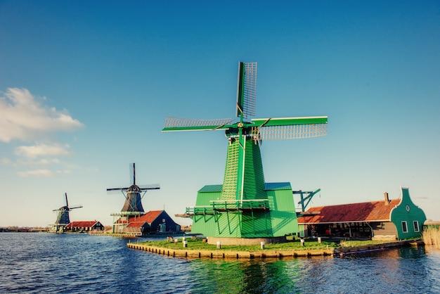 Mulini a vento olandesi tradizionali dal canale rotterdam. olanda.