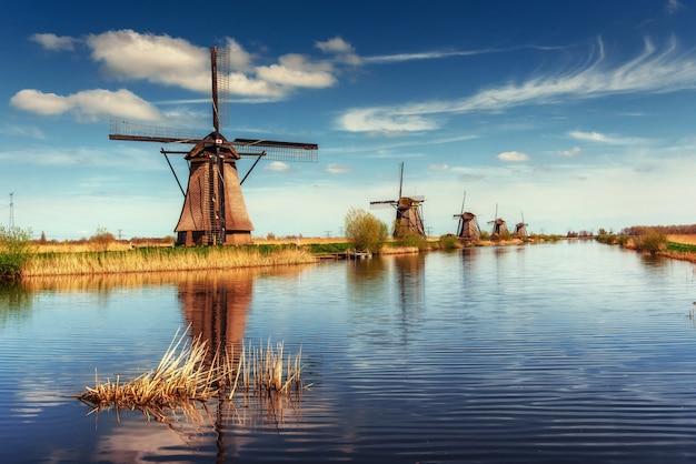 Mulini a vento olandesi tradizionali dal canale rotterdam. olanda