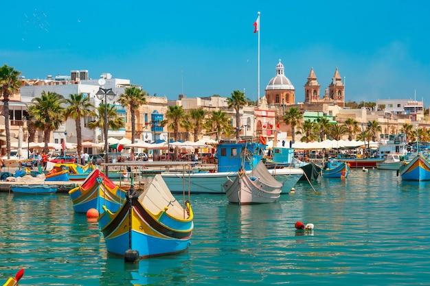Barche colorate dagli occhi tradizionali luzzu nel porto del paesino di pescatori mediterraneo marsaxlokk, malta