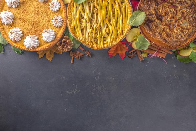 Cottura autunnale tradizionale. dolci tradizionali americani ed europei dell'autunno inverno - con zucca, noci pecan e mele