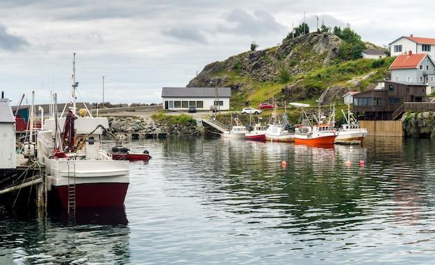 Tradizionale villaggio di pescatori nell'arcipelago delle lofoten, contea di nordland, norvegia. strada turistica nazionale lofoten