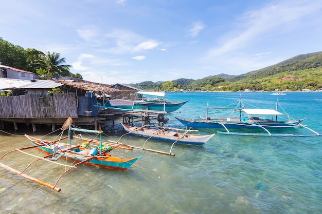 Villaggio di pescatori tradizionale nell'isola di palawan, filippine