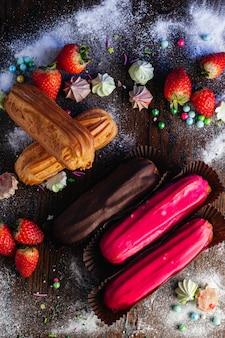 Eclairs francesi tradizionali del dessert con la glassa sulla tabella della caramella