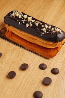 Eclair francese tradizionale con cioccolato. gustoso dessert. eclairs torta fatta in casa. pasticceria dolce da dessert ripiena di crema. glassa al cioccolato.