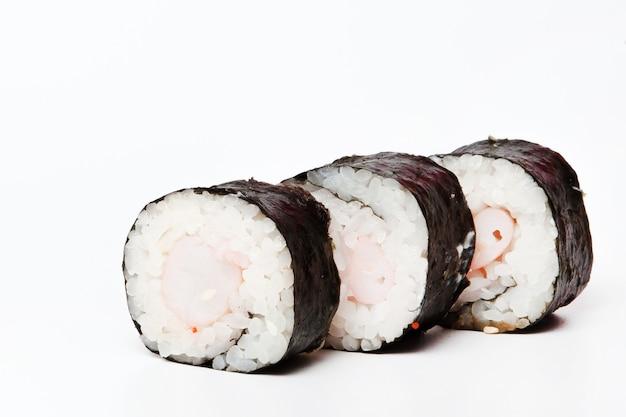 Rotoli di sushi giapponesi freschi tradizionali isolati su bianco.