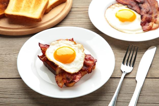 Tradizionale colazione inglese completa: uova fritte, fagioli, pancetta e pane tostato.