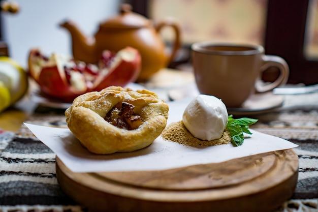 Dolci e dessert tradizionali georgiani con nocciole, noci, succo d'uva, miele, cioccolato. baklava, nakhini, churchkhela. frutta fresca e candita. caffè turco tradizionale.