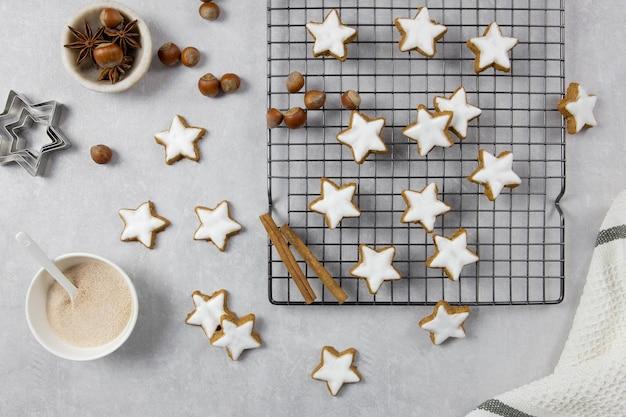 Biscotti della tradizione tedesca, stelle alla cannella con nocciole su un cemento leggero.