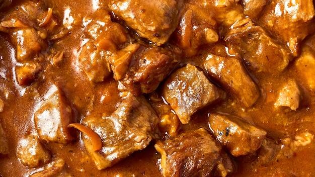 Fuoco selettivo di macro del fondo dell'alimento della carne di gulasch tradizionale