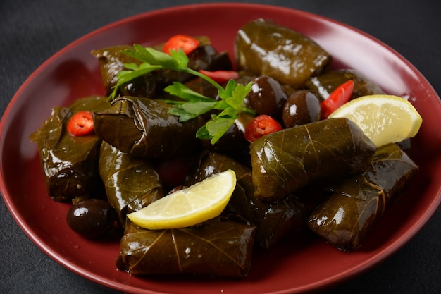 Cucina greca tradizionale. riso avvolto in foglie di vite. dolma al limone, spezie, olive varie in salamoia e peperoncino.