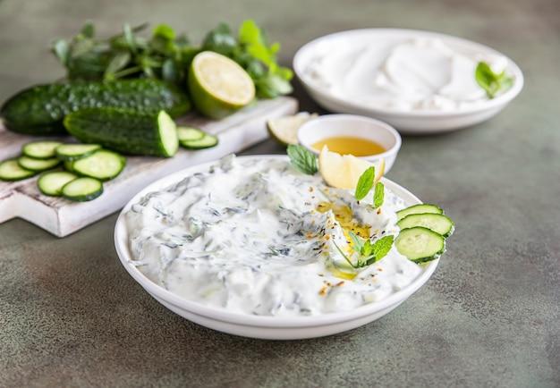 Salsa tzatziki tradizionale greca con cetriolo grattugiato, yogurt, olio d'oliva e menta