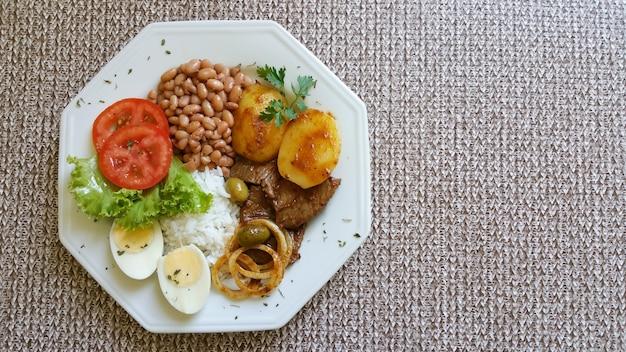 Vista superiore del piatto di cibo brasiliano tradizionale e sano.