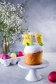 Torta di pasqua tradizionale festa decorata con coniglietti e uova colorate