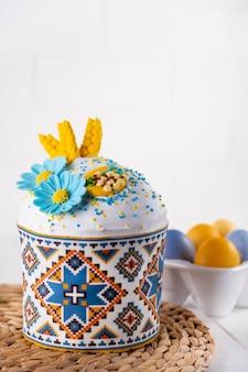 Dolci pasquali tradizionali, uova dipinte di colore blu e giallo