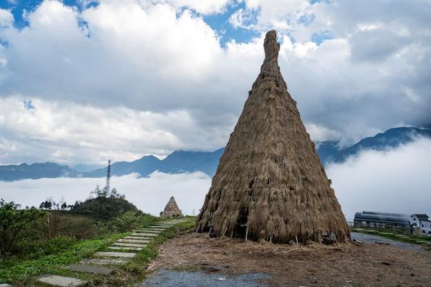Casa tradizionale di piccoli popoli del vietnam del nord, che vivono nelle montagne vicino alla città di sapa. ricostruzione storica. installazione. antiche tribù di paglia nel sud-est asiatico.