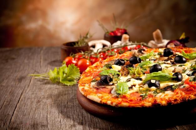 Pizza tradizionale fatta in casa pronta da mangiare