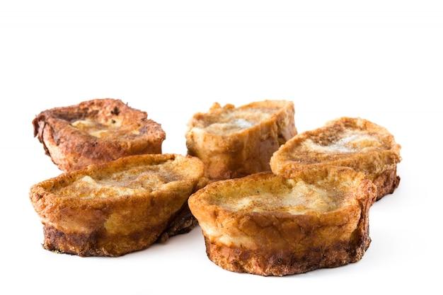 Torrijas spagnoli casalinghi tradizionali isolati sulla superficie bianca dessert di pasqua.