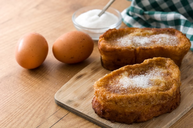 Torrijas spagnoli casalinghi tradizionali sulla superficie di legno dessert di pasqua.