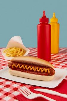 Menu del ristorante del caffè del ristorante con salse e patatine fritte tradizionali hot dog