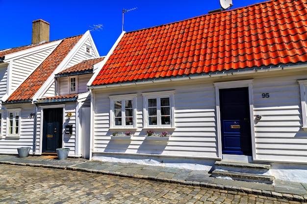 Case tradizionali e la strada, ricoperta di mattoni