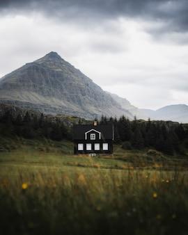Casa islandese tradizionale sulla costa orientale dell'islanda