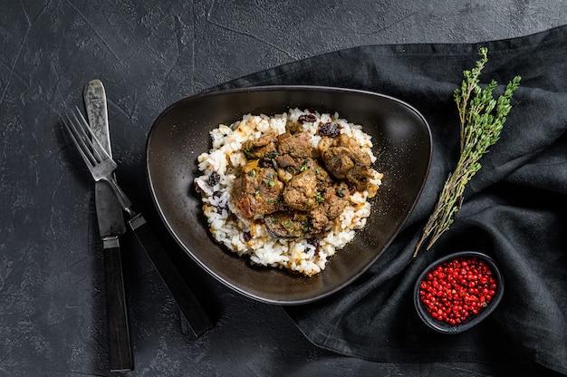Masala indiano tradizionale con carne di agnello al curry. sfondo nero.