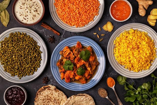 Curry indiano tradizionale con riso, lenticchie e fagioli mung