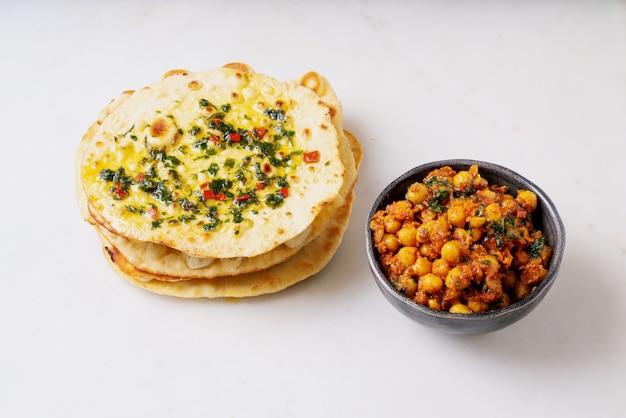 Focaccia indiana tradizionale del pane piano con channa masala