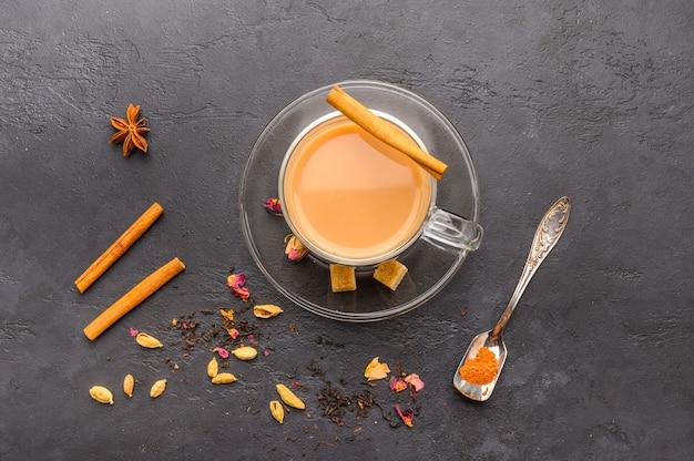 Il tè masala chai indiano tradizionale in una tazza trasparente è un primo piano