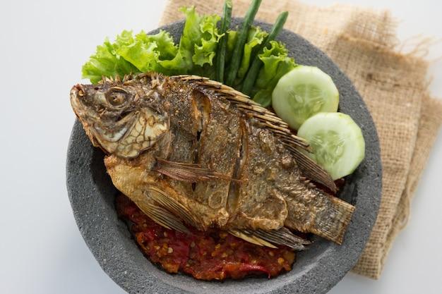 Cibo tradizionale indonesiano con pesce servito con sambal piccante