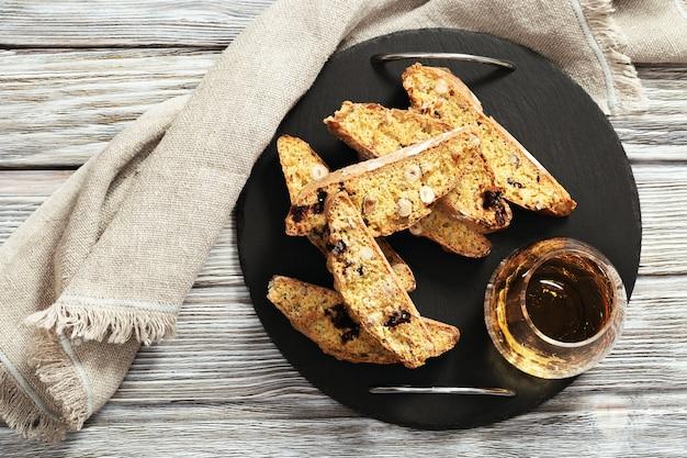 Biscotti e vino italiani tradizionali dei cantuccini della mandorla