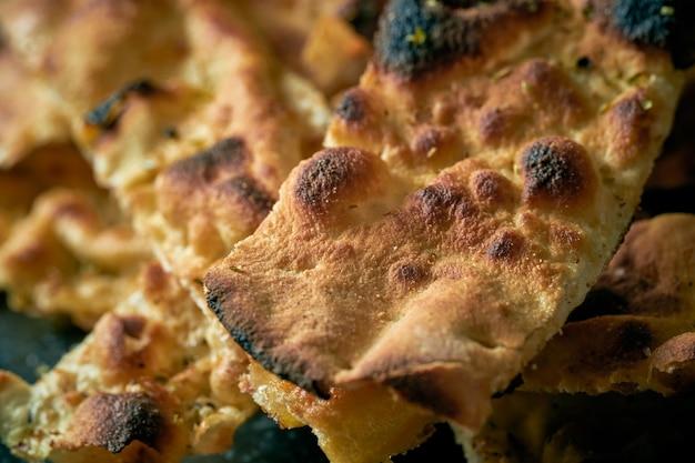 Pane tradizionale italiano dal forno - focaccia su un piatto grigio. vista dall'alto, primo piano